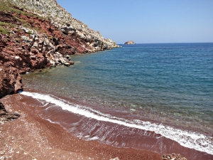 The even redder beach on the other side of the narrow peninsula