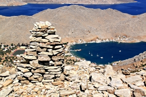 The stone cairn with Pedi Bay far below