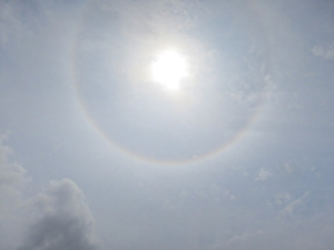 Ice crystals of high level strato cirrus cloud act as a prism
