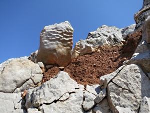 Wavy rock, red soil
