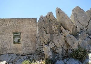 .... but there are many  larger rocks between which the houses are built