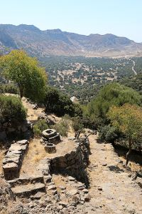While dropping down the paved and recently maintained kalderimi from Emborios to the caldera floor, a stone cistern-top and carved stone bowl indicate nearby houses